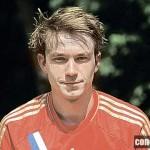 Александр хорошо играет в Футбол